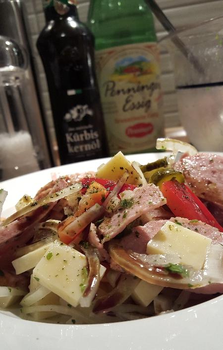 Wurstsalat mt Essig und Öl