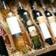 Weinflaschen in einer Auslage mit Stroh