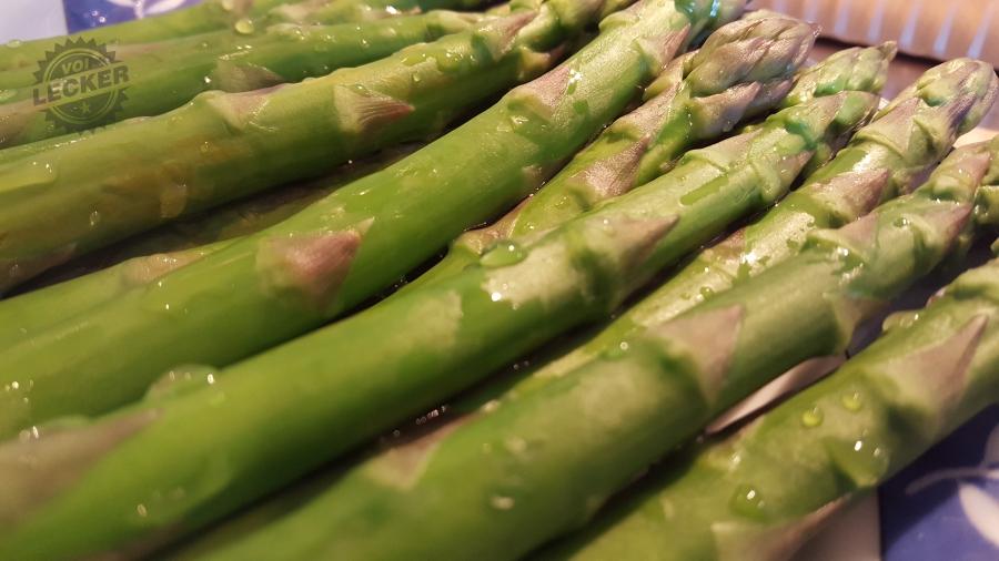 Grüner Spargel für das Grillgemüse