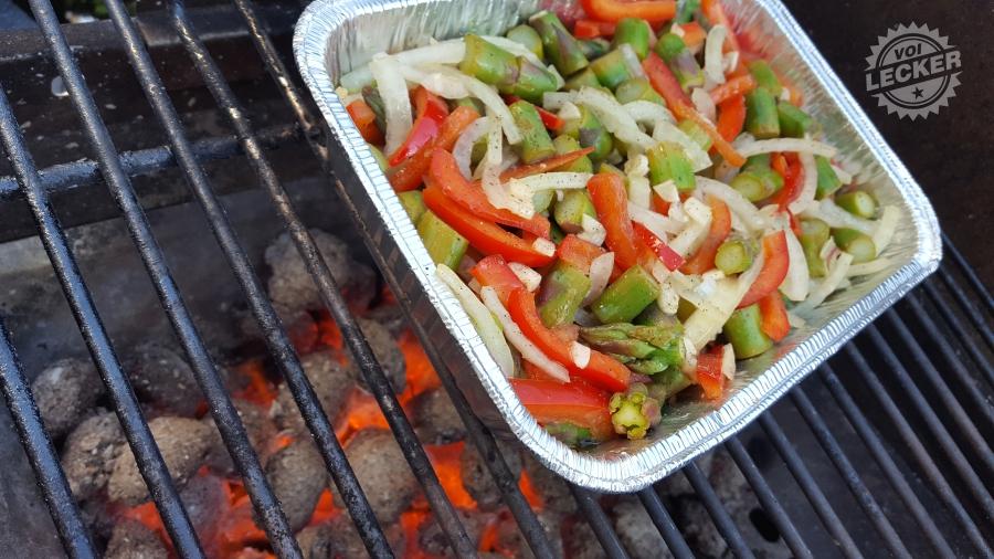 Grillgemüse mit grünem Spargel auf dem Grill