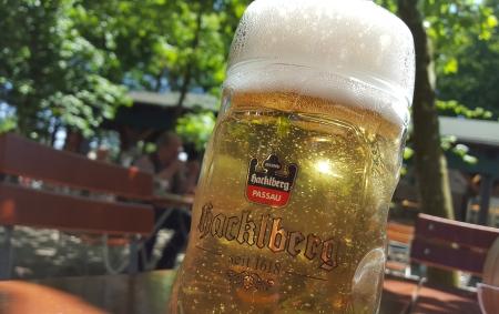 Eine Radlerhalbe im Hacklberger Biergarten