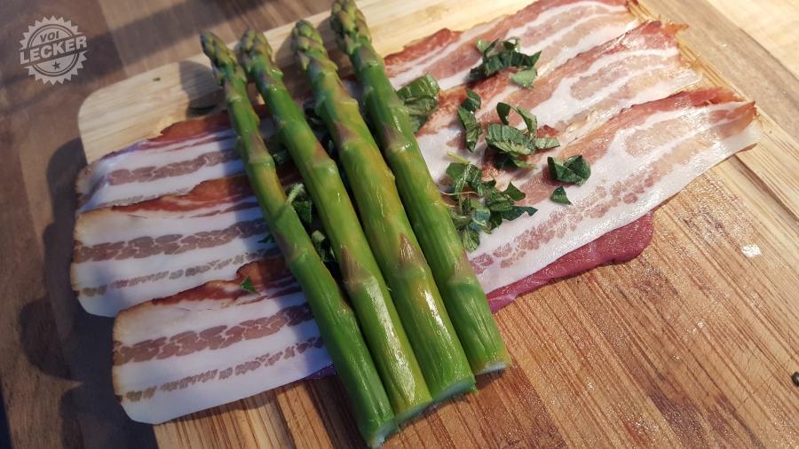 Grüner Spargel auf Rindsrouladen mit Bacon