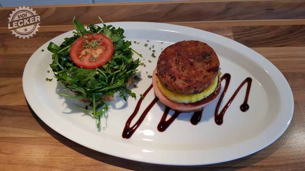 Fertiger Knödel Burger mit Salat