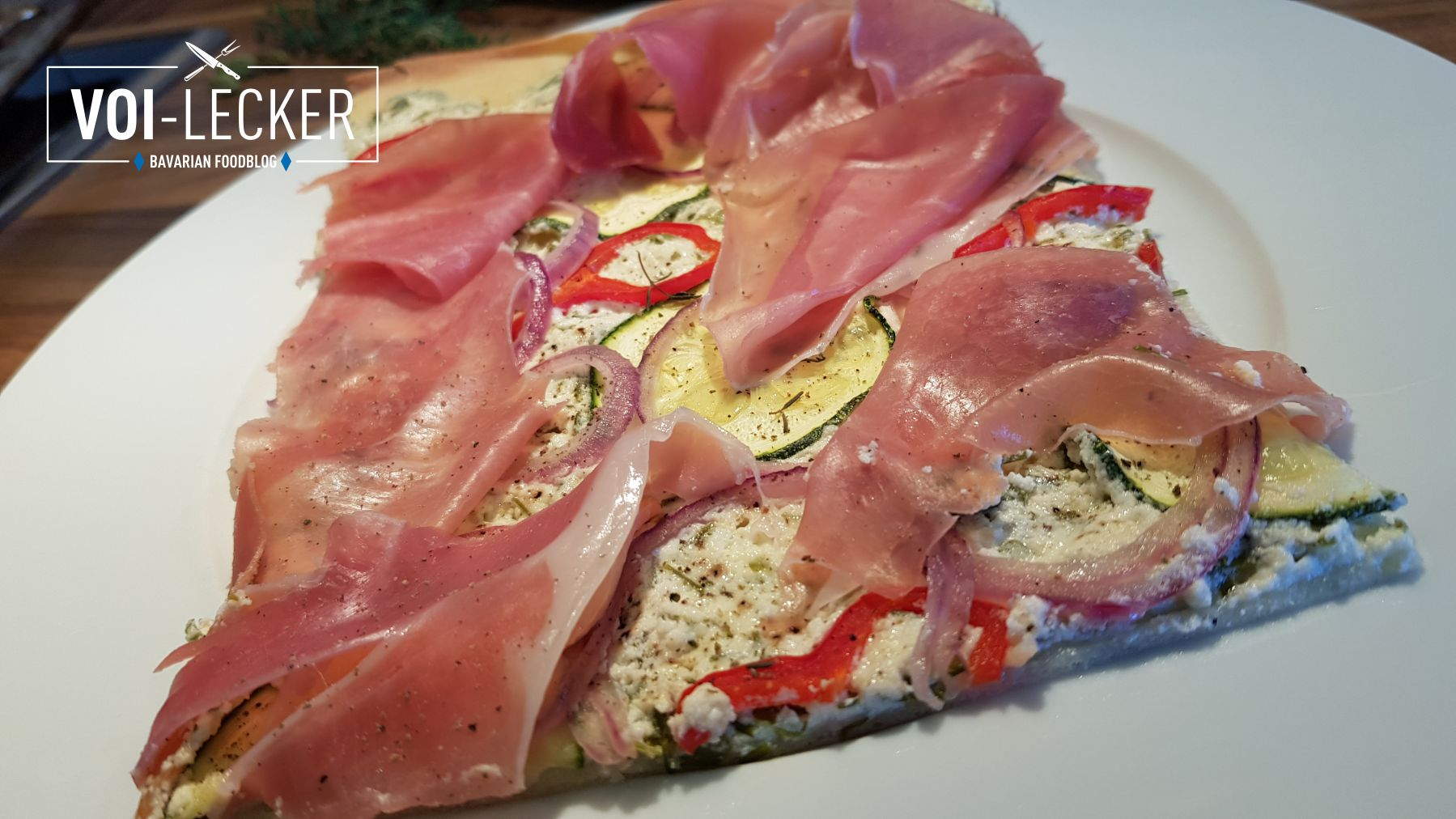 Zucchini Pizza mit Prosciutto Schinken