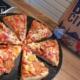 BIG CITY Pizza Istanbul in Ecken geschnitten auf einem Holzteller
